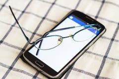 Telefoon en glazen Stock Afbeelding