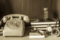 Telefoon en kantoorbehoeften met een wijnoogst stock foto's