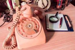 Telefoon en kantoorbehoeften van oude wijnoogst stock afbeeldingen
