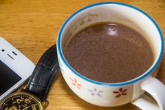 Telefoon en kop van koffie Royalty-vrije Stock Foto's