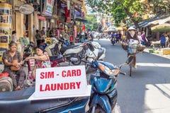 Telefoon en wasserij de diensten op de straten van Hanoi worden aangeboden dat stock foto