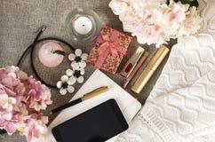 telefoon, gadget, smartphone, halsband, bloemen, per, pen, dampfles, parfum, vrouwen\ 's materiaal, lippenstift, hydrangea horten stock foto's