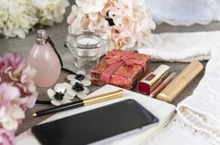 telefoon, gadget, smartphone, pen, halsband, bloemen, parfumfles, parfum, vrouwen\ 's materiaal, lippenstift, hydrangea hortensia royalty-vrije stock foto