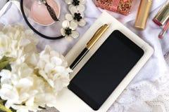 telefoon, gadget, smartphone, pen, halsband, bloemen, parfumfles, vrouwen\ 's materiaal stock afbeeldingen
