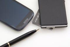 Telefoon, kaarten, pen. Alles van zwarte kleur Stock Afbeeldingen