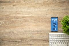 Telefoon met app vpn op het scherm en toetsenbord stock fotografie
