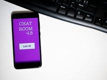 Telefoon met praatjeruimte app en toetsenbord stock afbeelding