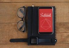 Telefoon met schoolpictogrammen op het scherm Stock Foto's