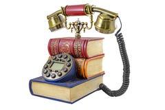 Telefoon onder een stapel van boeken wordt gestileerd dat Stock Afbeelding