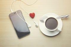 Telefoon, oortelefoon, koffie en hart Royalty-vrije Stock Foto's