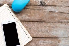 Telefoon op boek en Muis houten achtergrond en behang Stock Fotografie