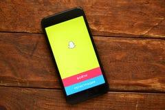 Telefoon op de lijst met een mobiele toepassing om een bericht, smartphone te verzenden stock afbeeldingen