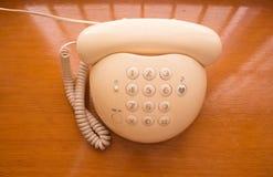 Telefoon op een houten lijst Royalty-vrije Stock Foto
