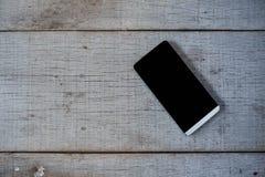 Telefoon op houten vloer stock foto