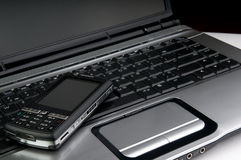 Telefoon op laptop Stock Fotografie