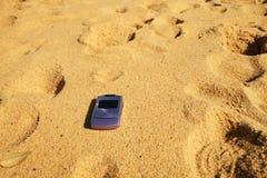 Telefoon op strand Stock Afbeelding