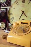 Telefoon oud op houten lijst stock afbeelding