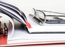 Telefoon, pen en glazen op een notitieboekje Royalty-vrije Stock Foto