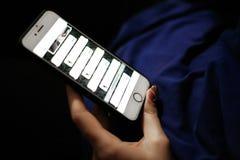 Telefoon, sociaal netwerk correspondentie in sociale netwerken royalty-vrije stock afbeeldingen