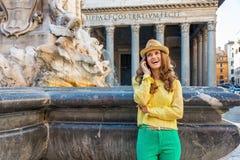 Telefoon van de vrouwen de sprekende cel dichtbij fontein in Rome Stock Foto's