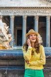 Telefoon van de vrouwen de sprekende cel dichtbij fontein in Rome Royalty-vrije Stock Foto's