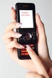 Telefoon in vrouwelijke handen stock foto's