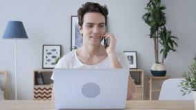 Telefoonbespreking, de Vraag van Mensendiscussiing op het Werk stock video