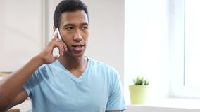 Telefoonbespreking, Jonge Zwarte Mens het Aanwezig zijn Vraag stock video