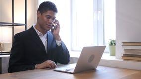 Telefoonbespreking, Zwarte Zakenman Attending Call op het Werk stock fotografie