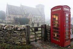 Telefooncel dichtbij Snowshill-kerk in theCotswolds royalty-vrije stock foto's