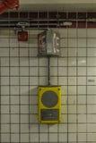 Telefooncel op een betegelde muur in een metropost stock foto's