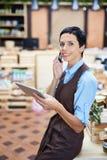 Telefoongesprek aan Klant van Online Winkel stock fotografie