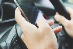 Telefoongesprek in de auto Stock Fotografie