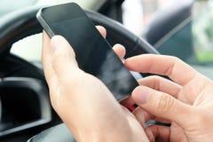 Telefoongesprek in de auto Royalty-vrije Stock Foto's
