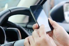 Telefoongesprek in de auto Stock Foto