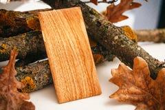 Telefoongeval met het draadloze laden Houten Textuur stock foto
