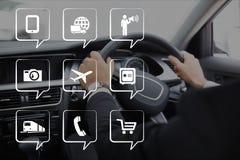 Telefoonpictogrammen tegen persoon in de auto Stock Foto