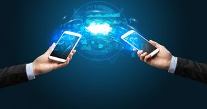 Telefoons die door de wolk syncing royalty-vrije stock foto