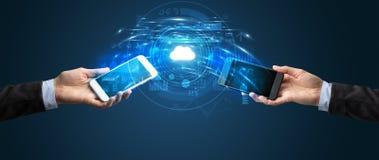 Telefoons die door de wolk syncing royalty-vrije stock fotografie