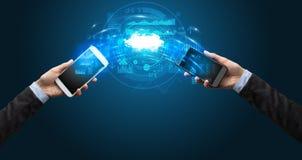 Telefoons die door de wolk syncing royalty-vrije stock afbeelding