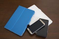 Telefoons en tabletten stock afbeeldingen