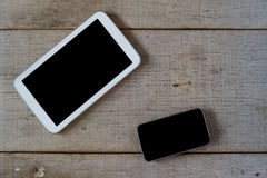 Telefoons op oude houten stock afbeeldingen