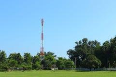 Telefoontoren in het park Stock Afbeelding