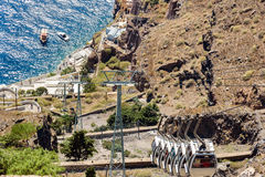 Telegrafíe el camino abajo al puerto viejo de ciudad de Thira en la isla de Santorini, Grecia Fotos de archivo