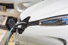 Telegrafíe el colgante abajo de la ubicación del depósito de gasolina en el vehículo eléctrico Foto de archivo libre de regalías