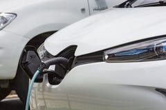 Telegrafíe el colgante abajo de la ubicación del depósito de gasolina en el vehículo eléctrico Imágenes de archivo libres de regalías