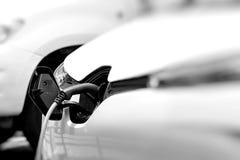Telegrafíe el colgante abajo de la ubicación del depósito de gasolina en el vehículo eléctrico Fotos de archivo libres de regalías