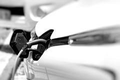 Telegrafíe el colgante abajo de la ubicación del depósito de gasolina en el vehículo eléctrico Imagen de archivo