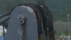 Telegrafíe la recogida del torno con la rotación de la cuerda de alambre de acero almacen de metraje de vídeo
