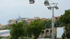 Telegrafíe las cabinas del camino que transportan a turistas por la administración presidencial, Tbilisi almacen de metraje de vídeo